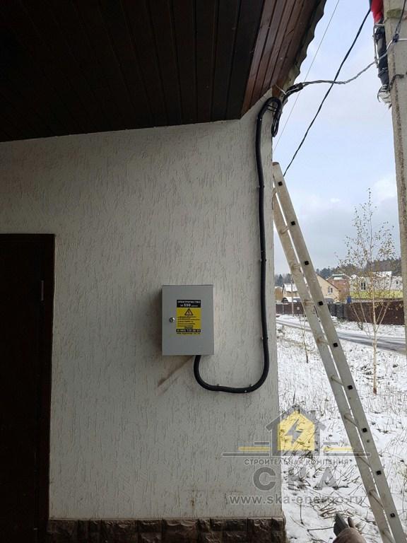 Щит на фасаде стене дома